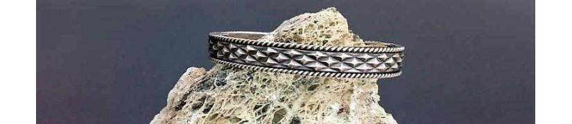 Originelle Silberspangen und Manschettenarmbänder für Männer